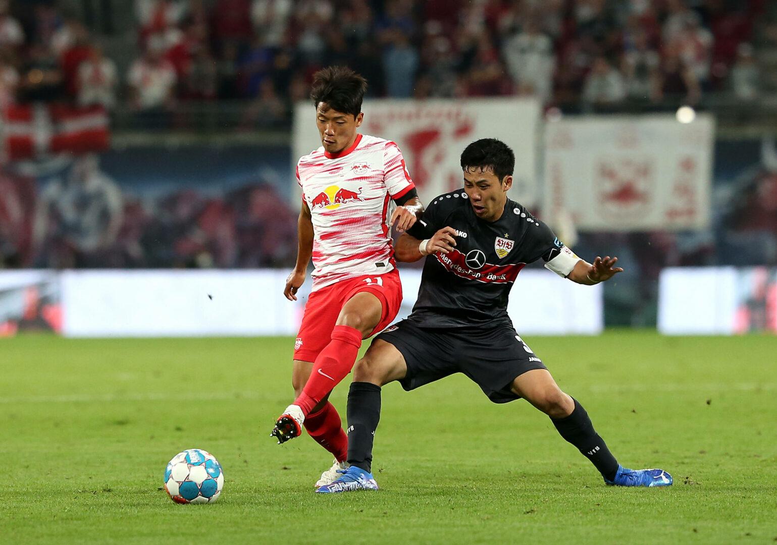 Hee-chan Hwang im Duell mit einem Spieler des VfB Stuttgart