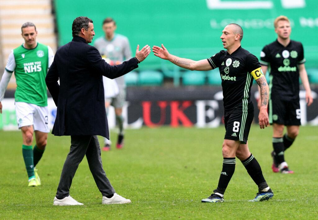 Scott Brown (Celtic) im Handshake mit Trainer von Hibernain