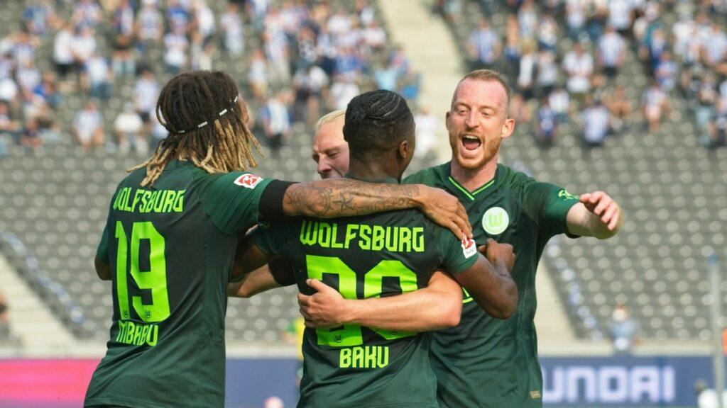 Mbabu, Baku, Arnold (alle Wolfsburg) bejubeln Treffer
