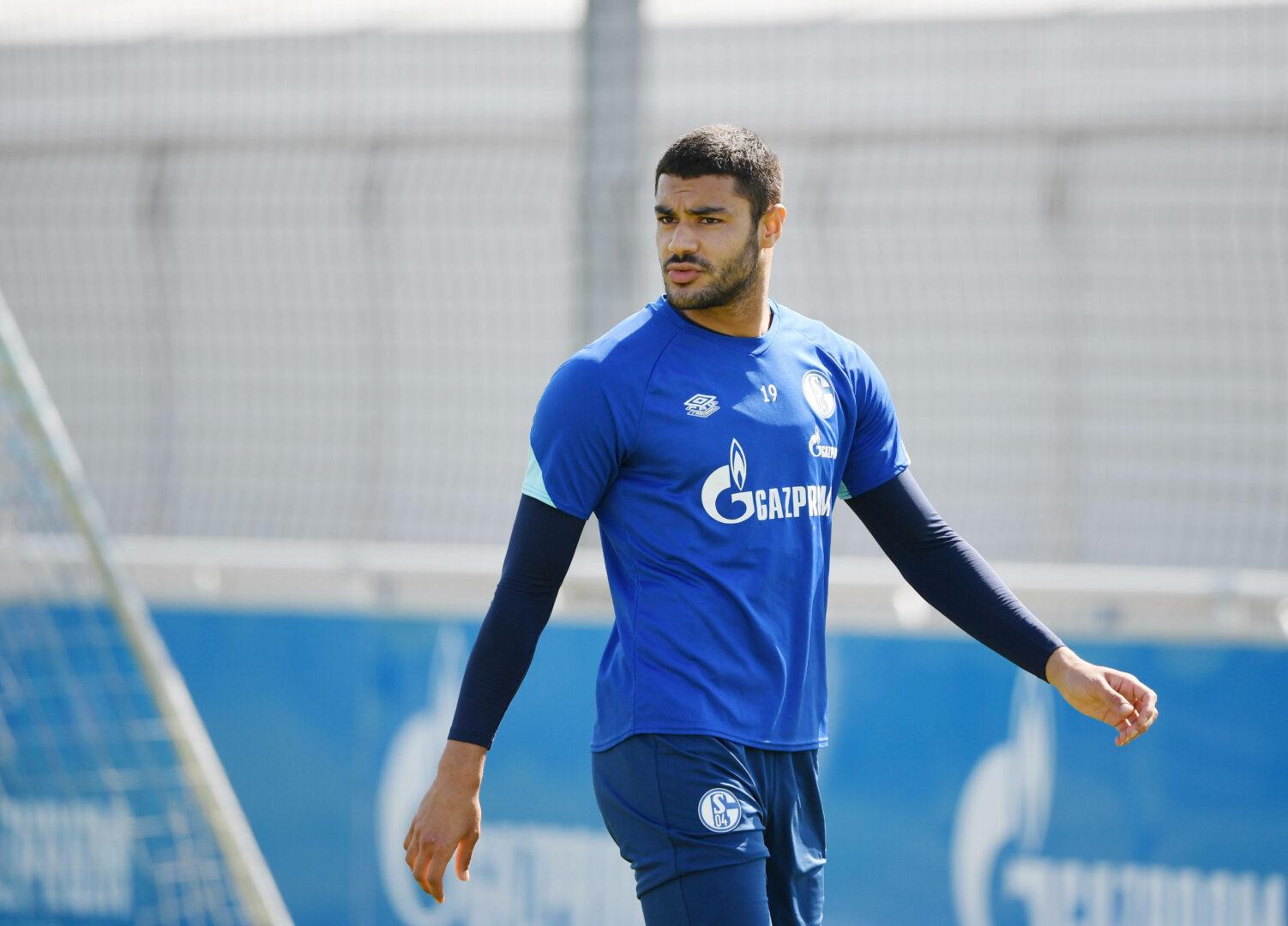 Ozan Kabak im Trainingsdress von Schalke 04