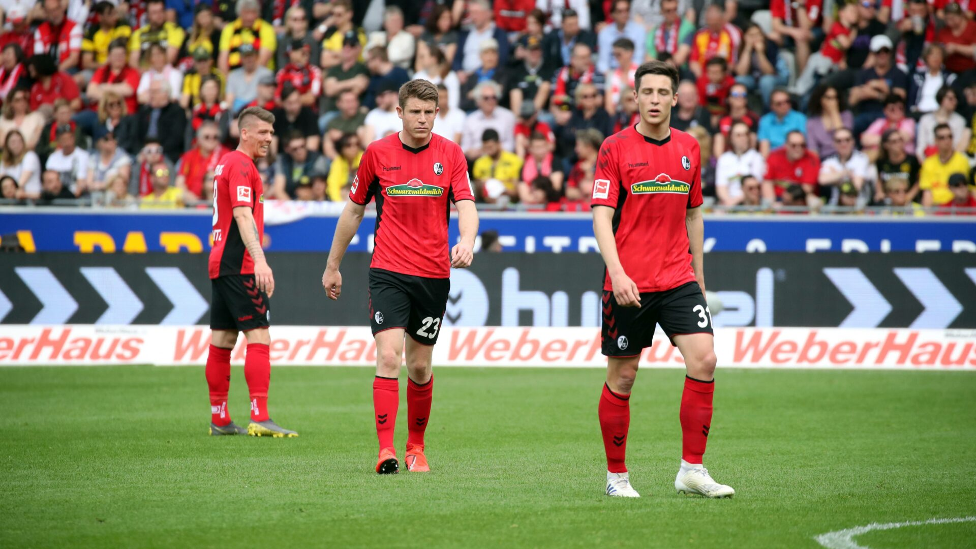 Dominique Heintz und Keven Schlotterbeck kurz vor Anpfiff eines Heimspiels des SC Freiburg.