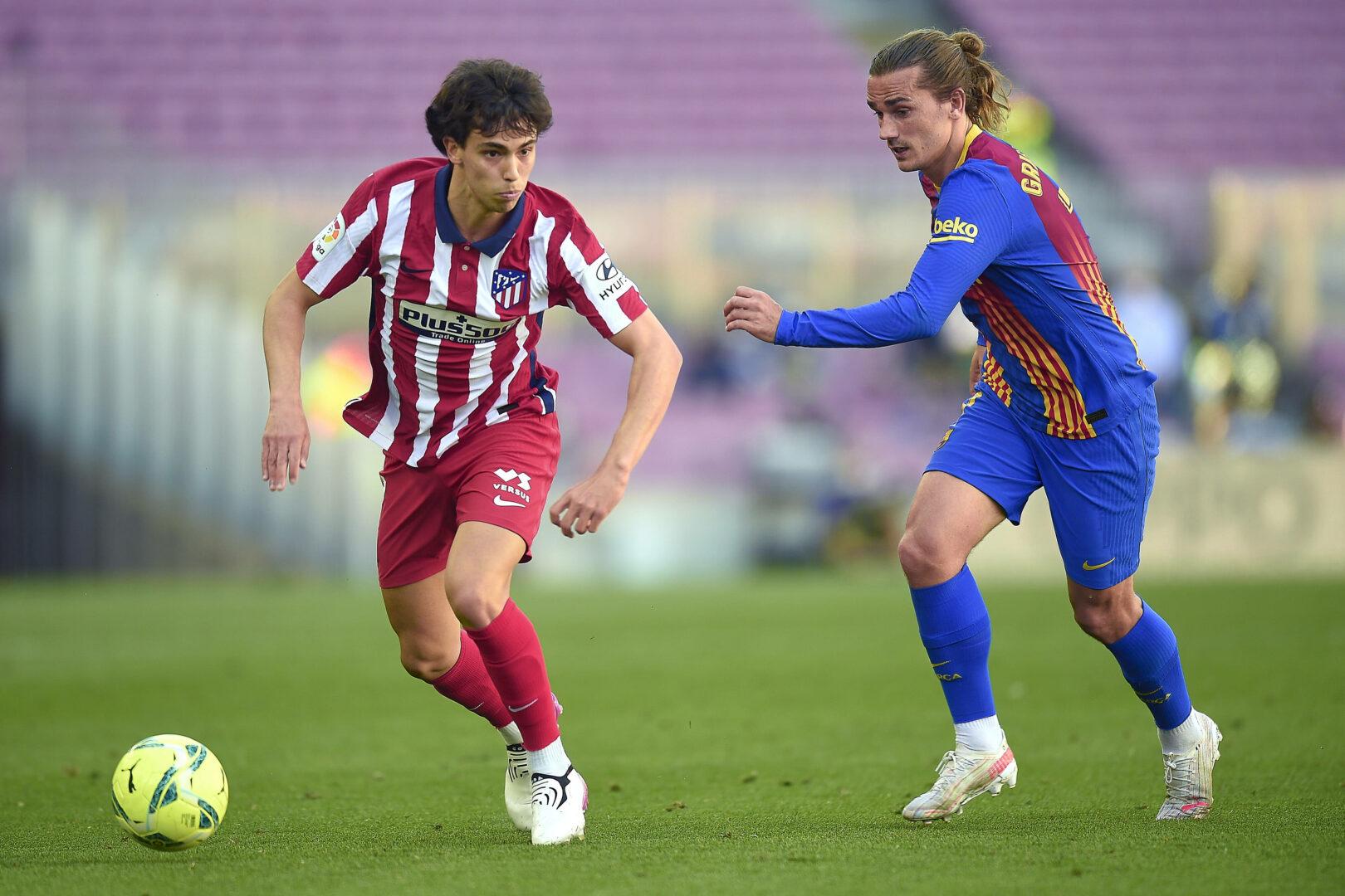 Joao Felix von Atletico im Zweikampf mit Barcelonas Antoine Griezmann