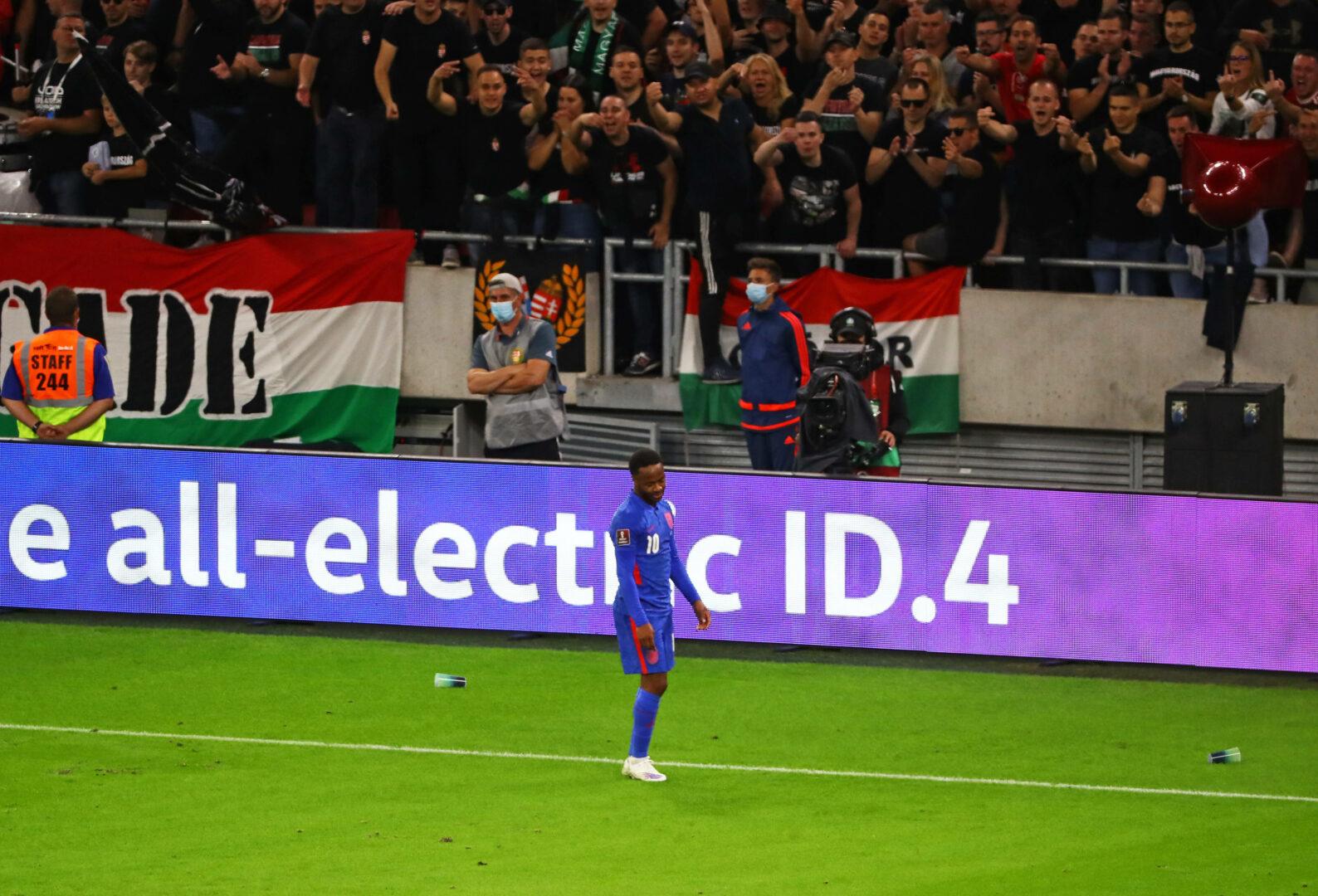 Sterling (England) von Fans beschimpft