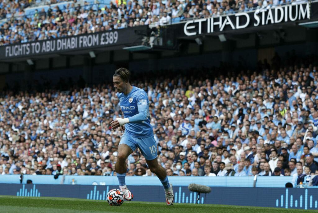 Jack Grealish führt den Ball. Mit Manchester City hat er in der Champions League viel vor.