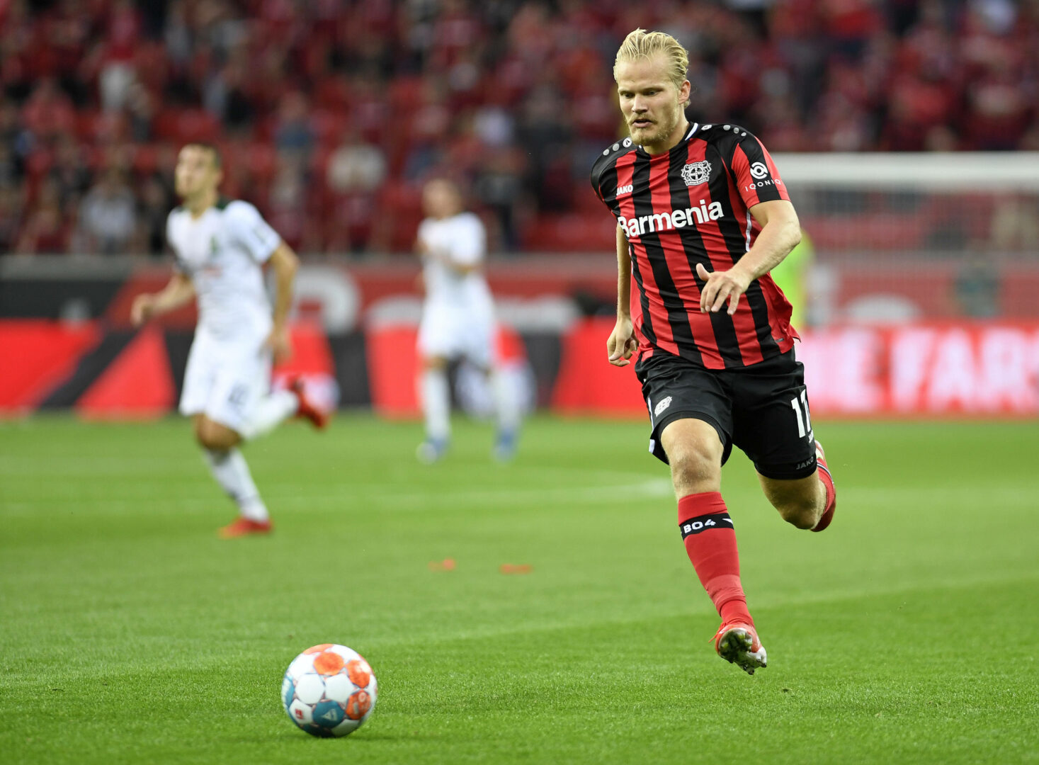 Pohjanpalo (Bayer Leverkusen) läuft dem Ball hinterher