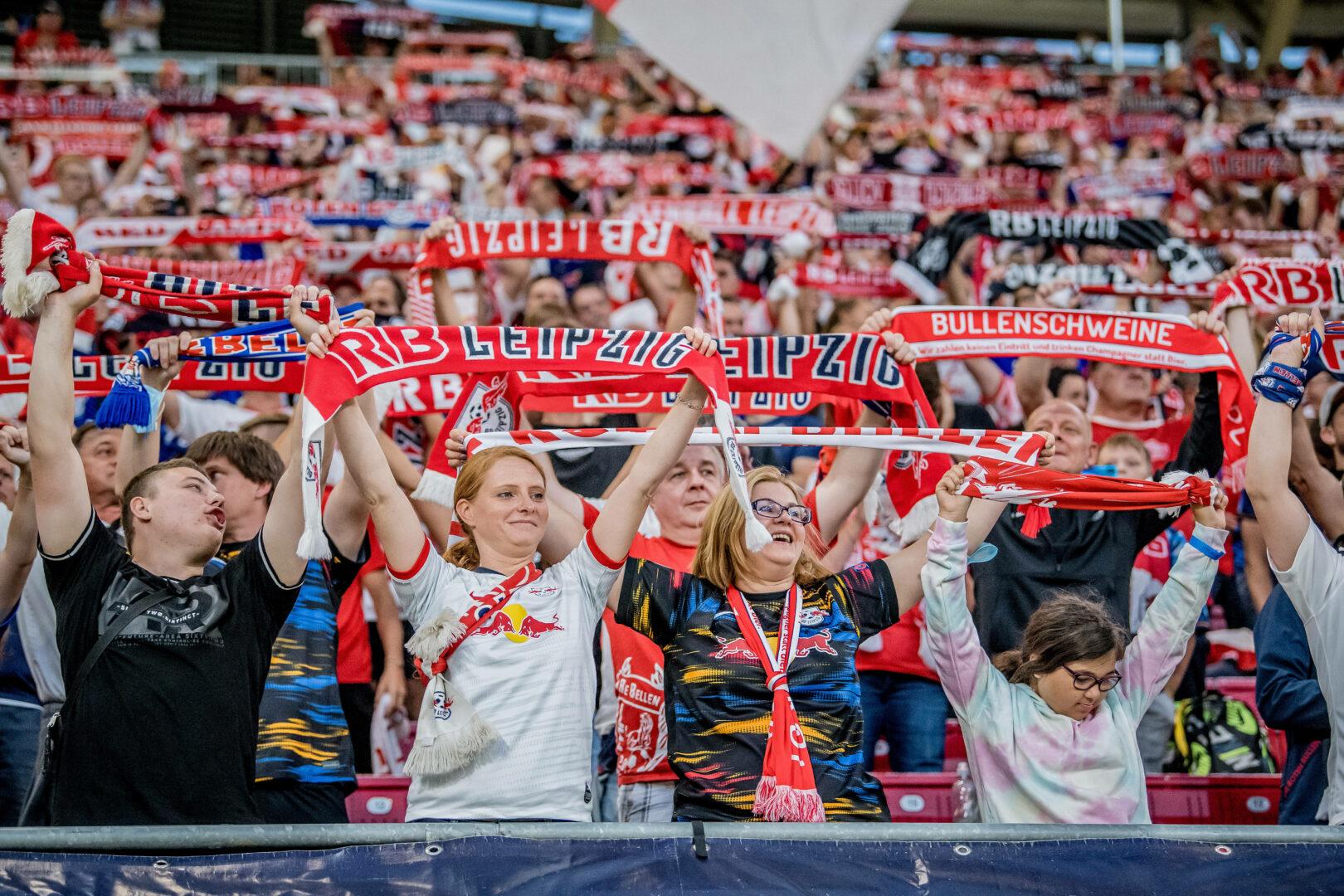 Die Fans von RB Leipzig unterstützen ihre Mannschaft.