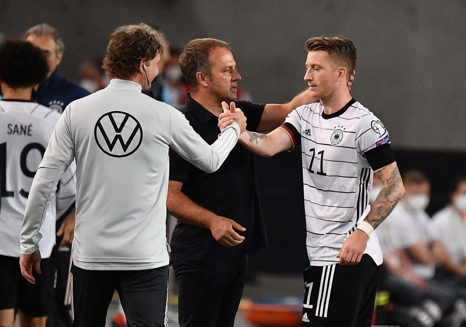 Hans-Dieter Flick klatscht mit Marco Reus ab.