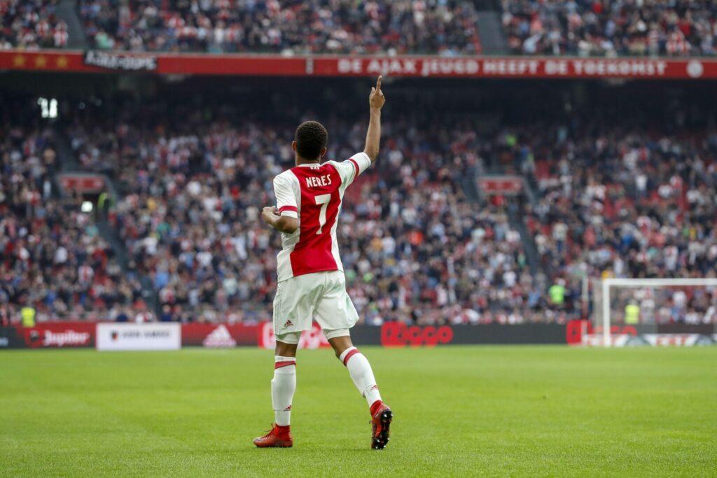 David Neres (Ajax Amsterdam) zeigt gen Himmel