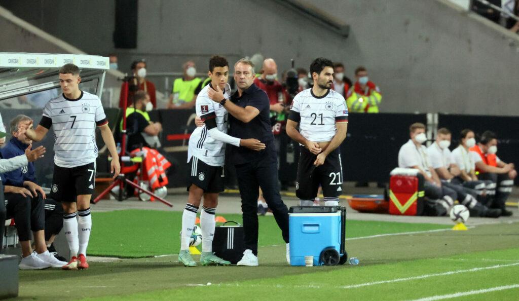 Hansi Flick dirigiert als DFB Trainer