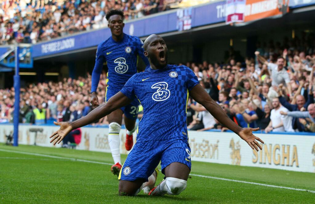Romelu Lukaku setzt auf Knien rutschend zum Torjubel an, nachdem er für den FC Chelsea das 1:0 gegen Aston Villa erzielt hat.