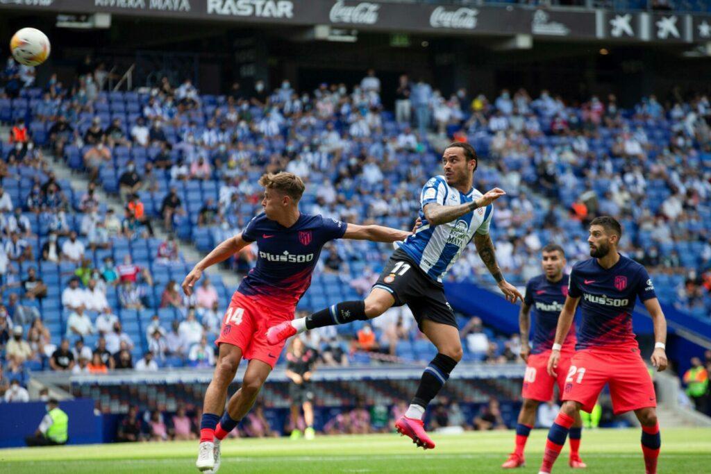 Raul de Tomas von Espanyol köpft gegen Atletico auf das Tor