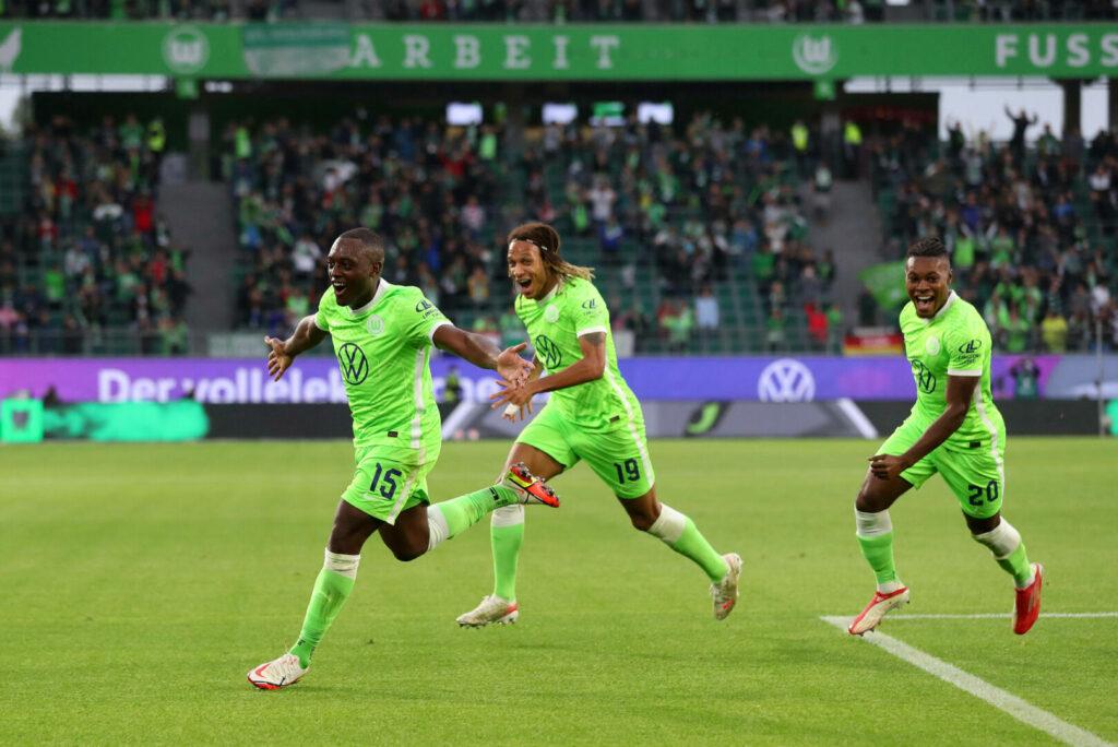 Roussillon, Mbabu, Baku (alle Wolfsburg) bejubeln Tor gegen Leipzig