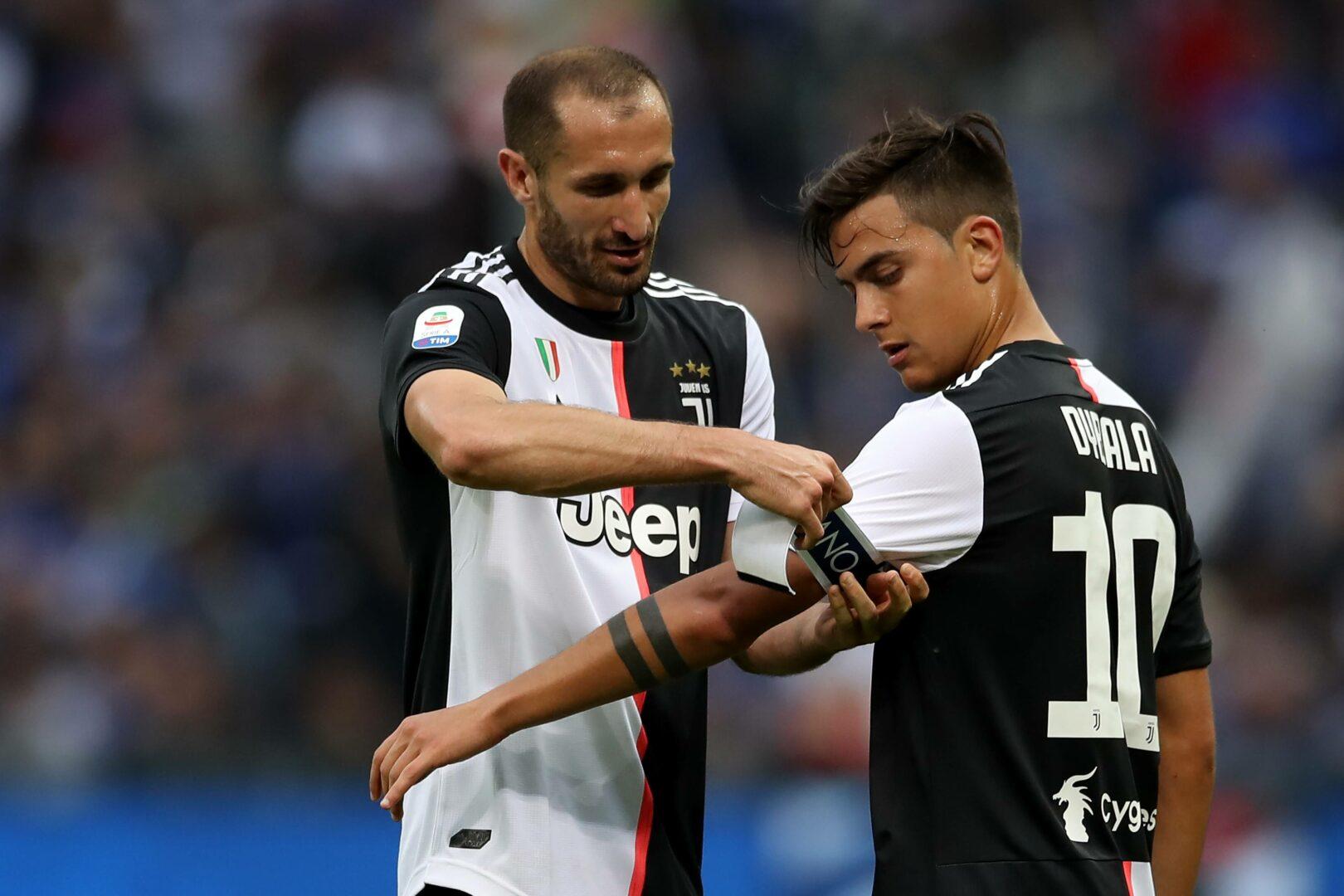 Giorgio Chiellini übergibt die Kapitänsbinde an Paulo Dybala.