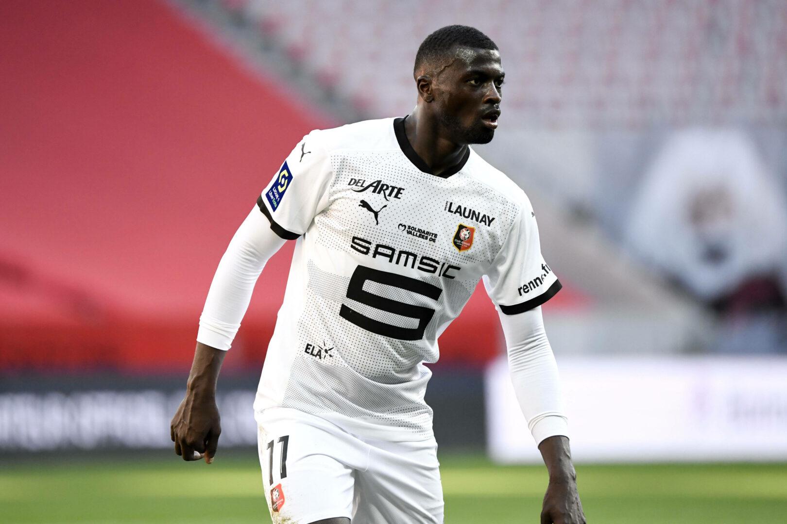 Niang (Rennes) schaut nach Mitspielern