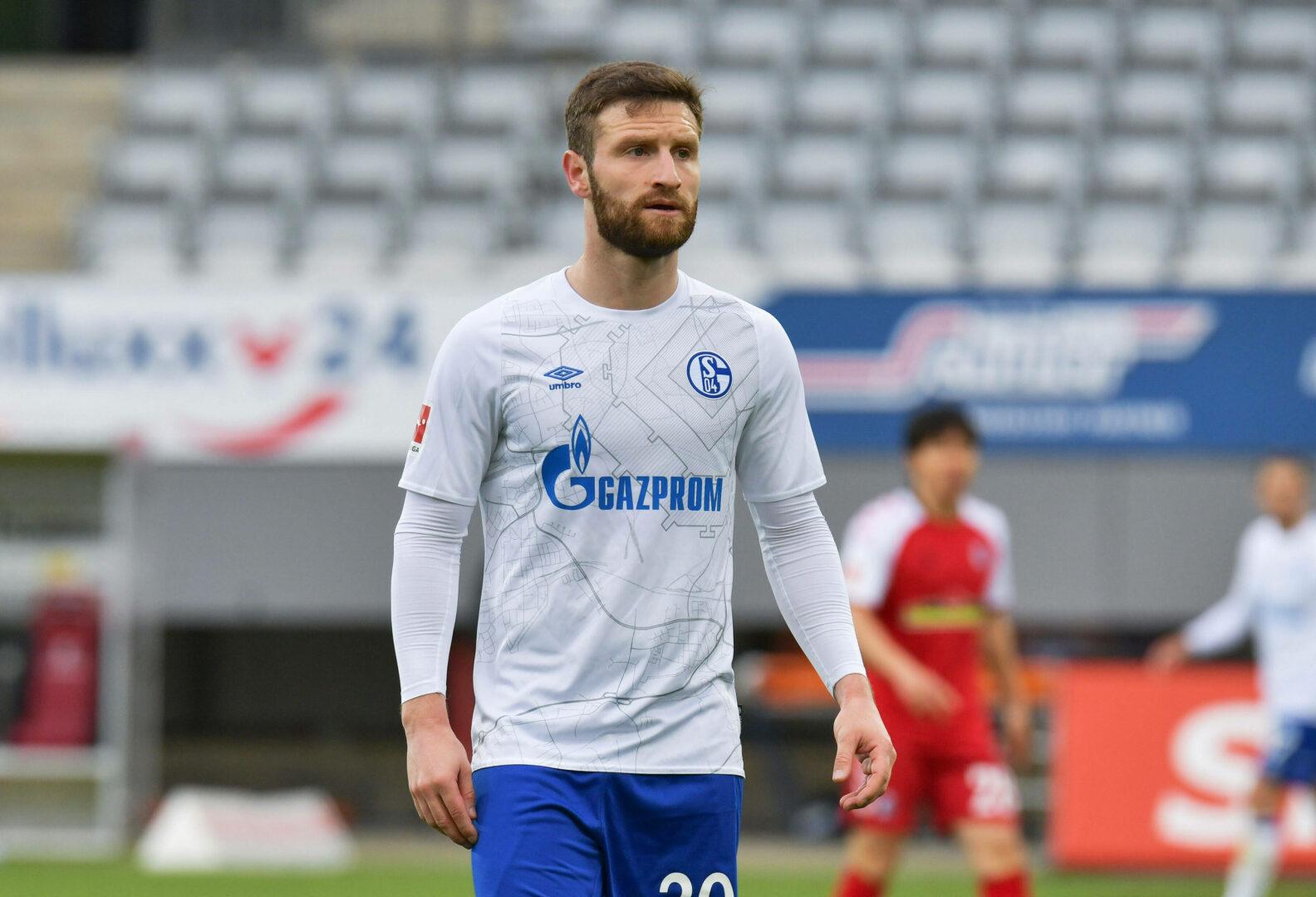 Mustafi (Schalke 04) schaut zum Mitspieler