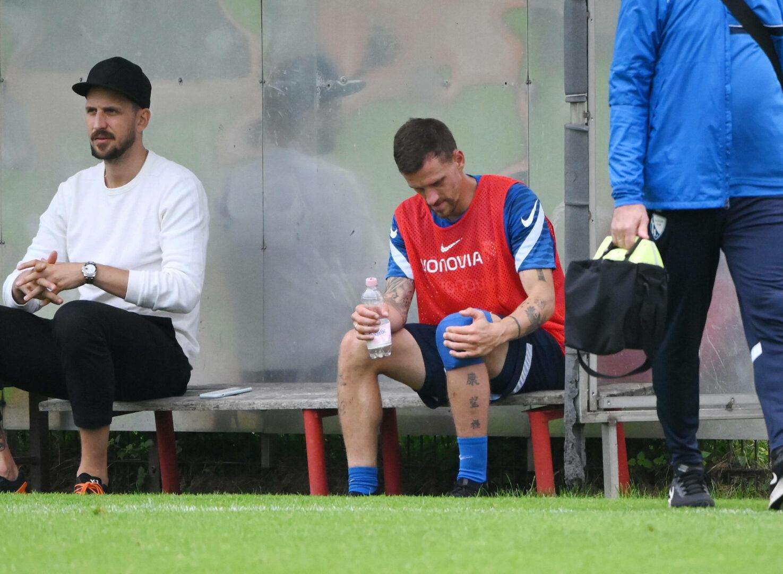 Simon Zoller hält sich im Training des VfL Bochum das bandagierte Knie