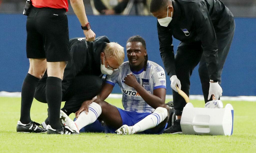 Dedryck Boyata saß nach seiner Verletzung am Boden und wurde von den Ärzten behandelt.