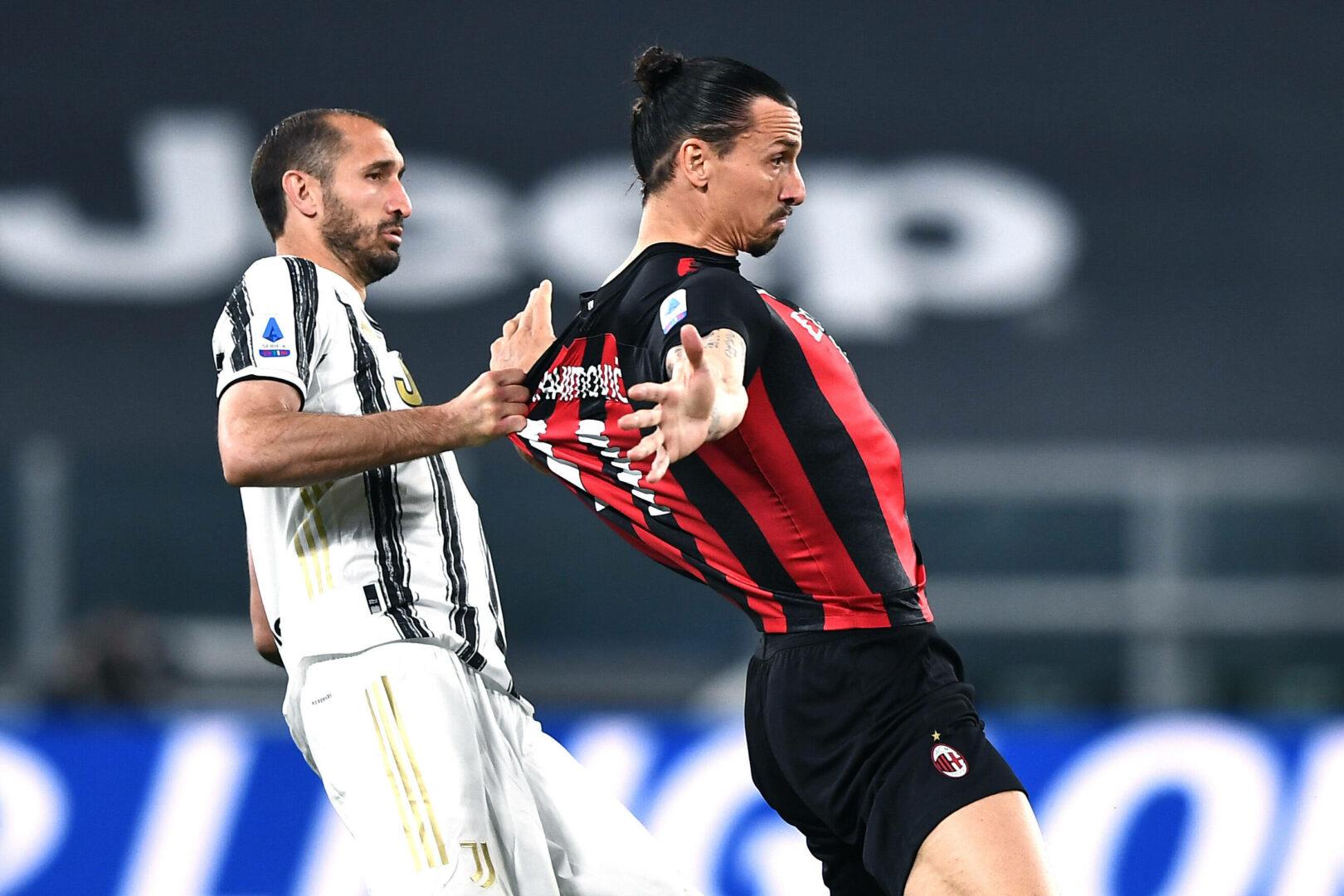 Chiellini (Juve) hält Ibrahimovic (Milan) am Trikot fest