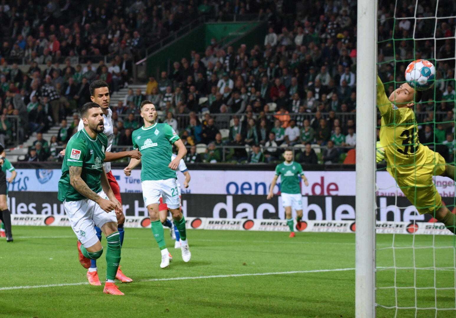 Platzverweise und Elfer-Aufreger: HSV gewinnt wildes Nordderby gegen Werder