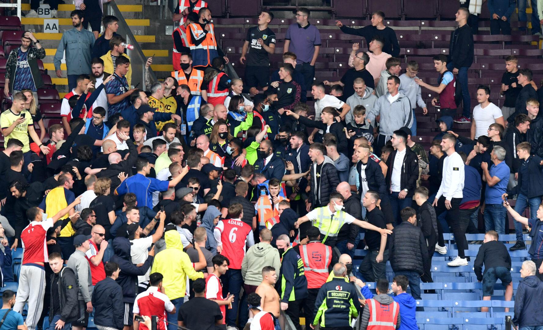 Fans des FC Arsenal und des FC Burnley stacheln sich gegenseitig an