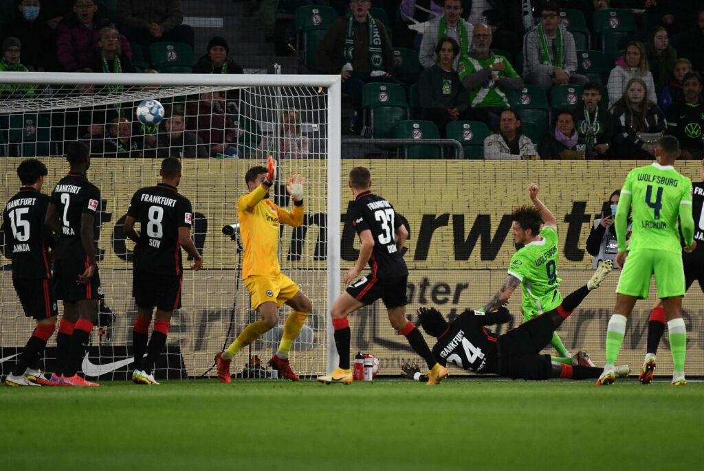 Wout Weghorst (VfL Wolfsburg) traf die Latte des Frankfurter Tores.