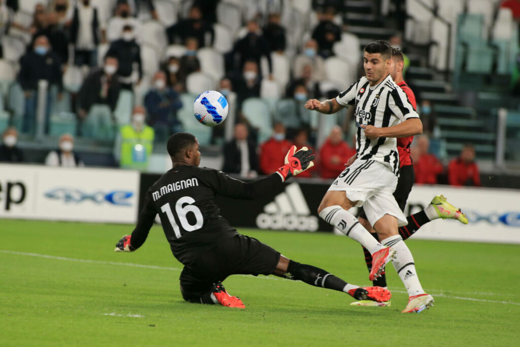 Alvaro Morata hebt den Ball über Mika Maignan zum 1:0 ins Tor.