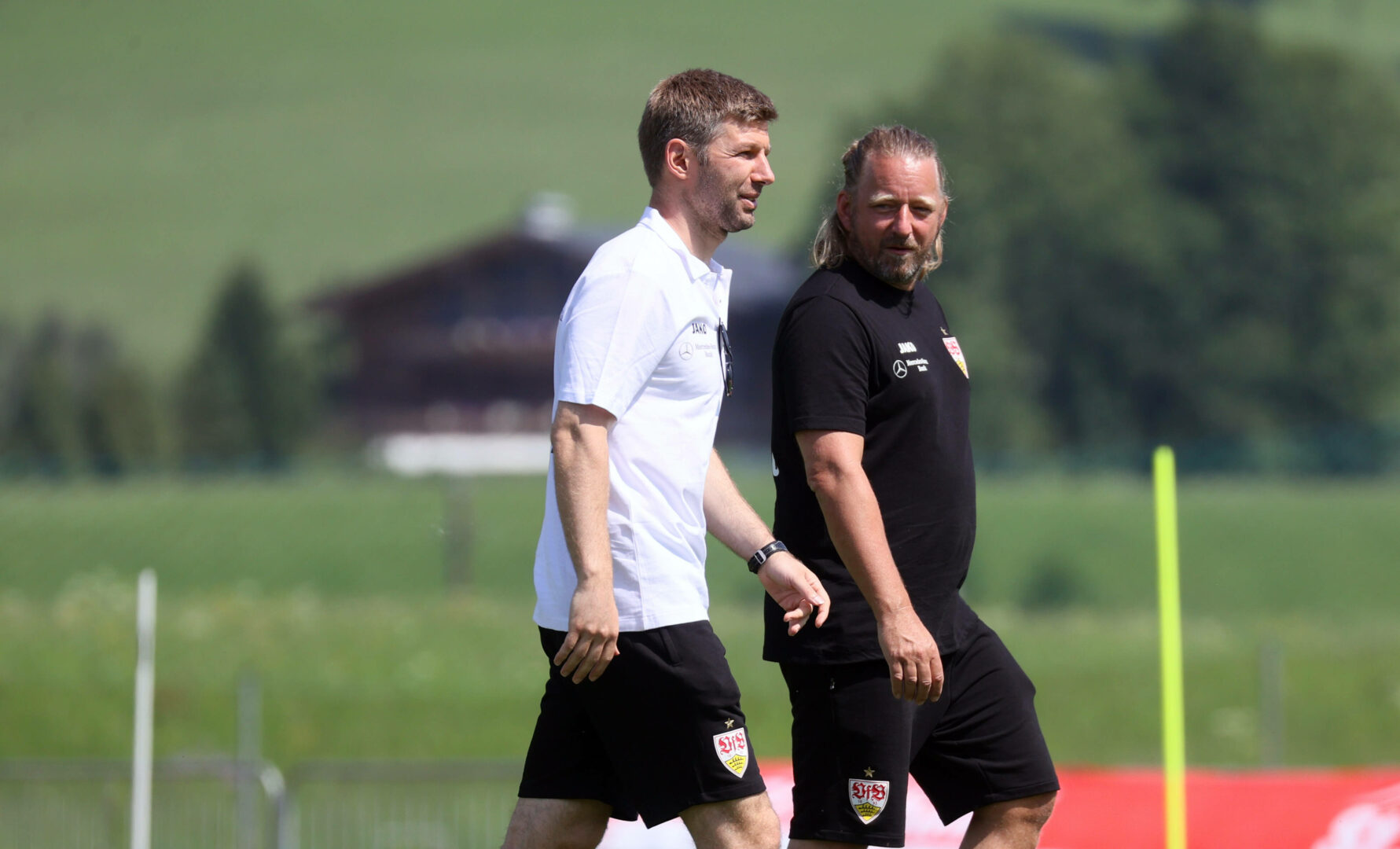 Sven Mislintat und Thomas Hitzlsperger während des Sommer-Trainingslagers.