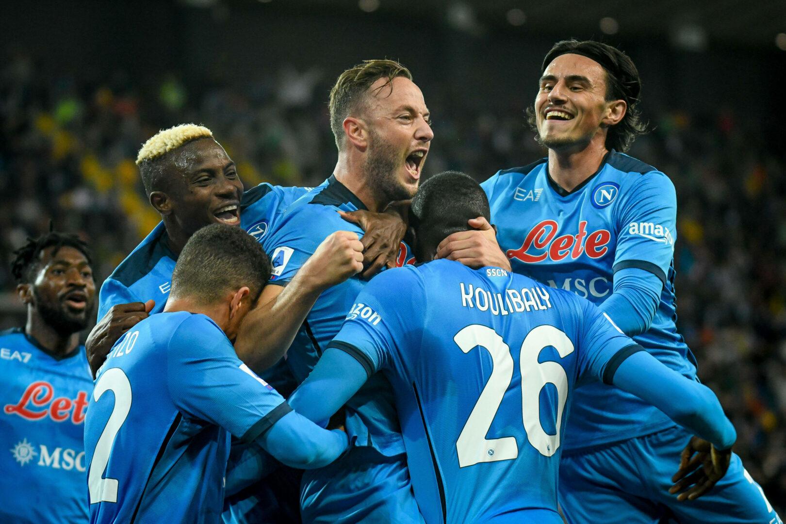 Napoli Team bejubelt Tor von Rrahmani