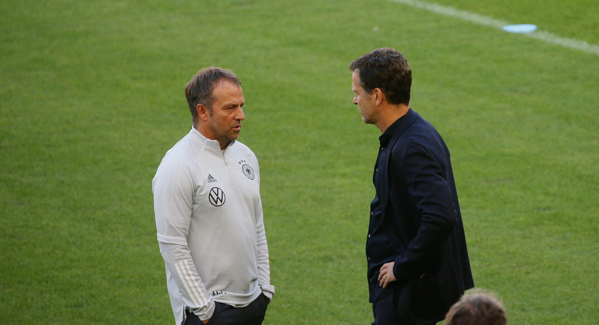 Hans-Dieter Flick und Oliver Bierhoff am Rande einer DFB-Trainingseinheit.