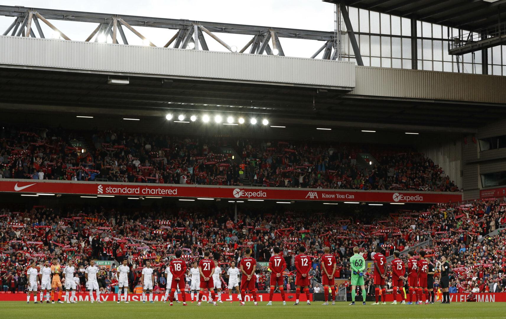 Liverpools Spieler reihen sich vor dem Spiel vor einer Tribüne im Anfield auf