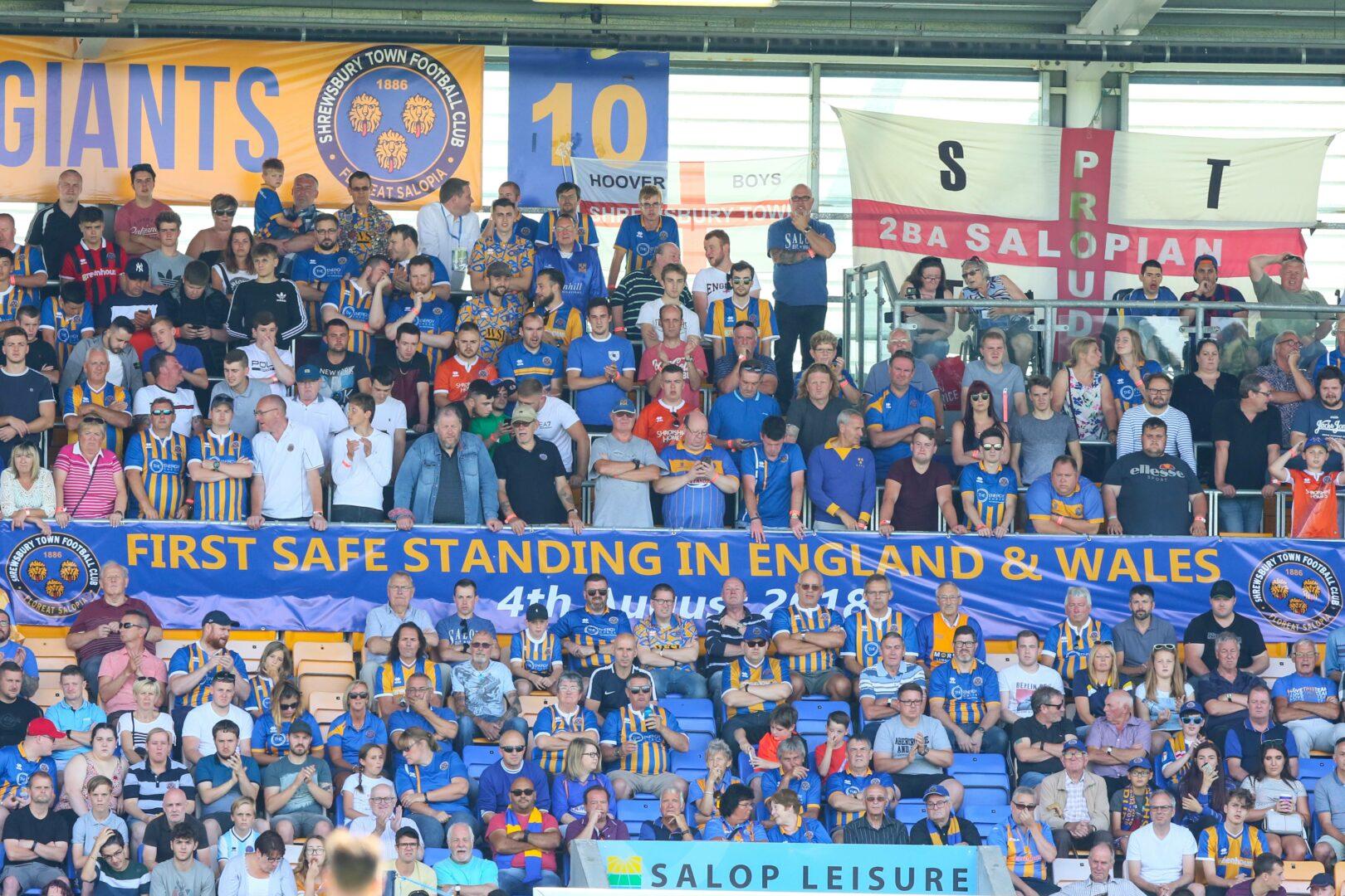 Die Fans von Shrewsbury Town im Safe-Standing-Bereich.