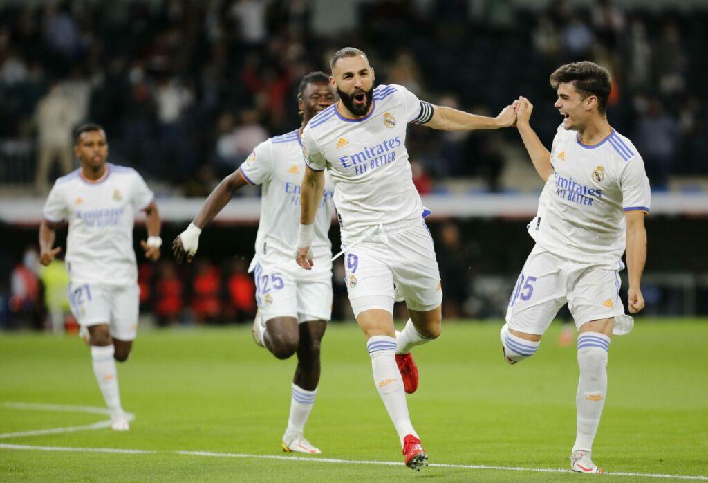 Karim Benzema jubelt mit seinen Mitspielern.