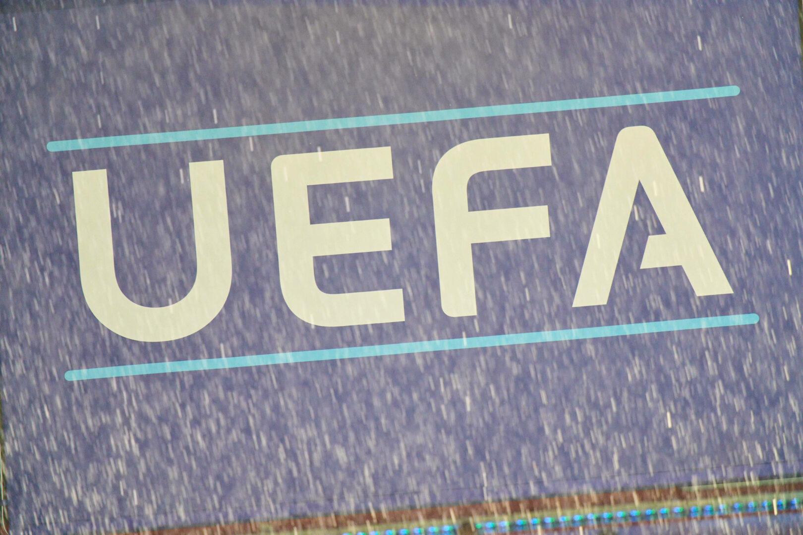 Das Logo der UEFA im Regen