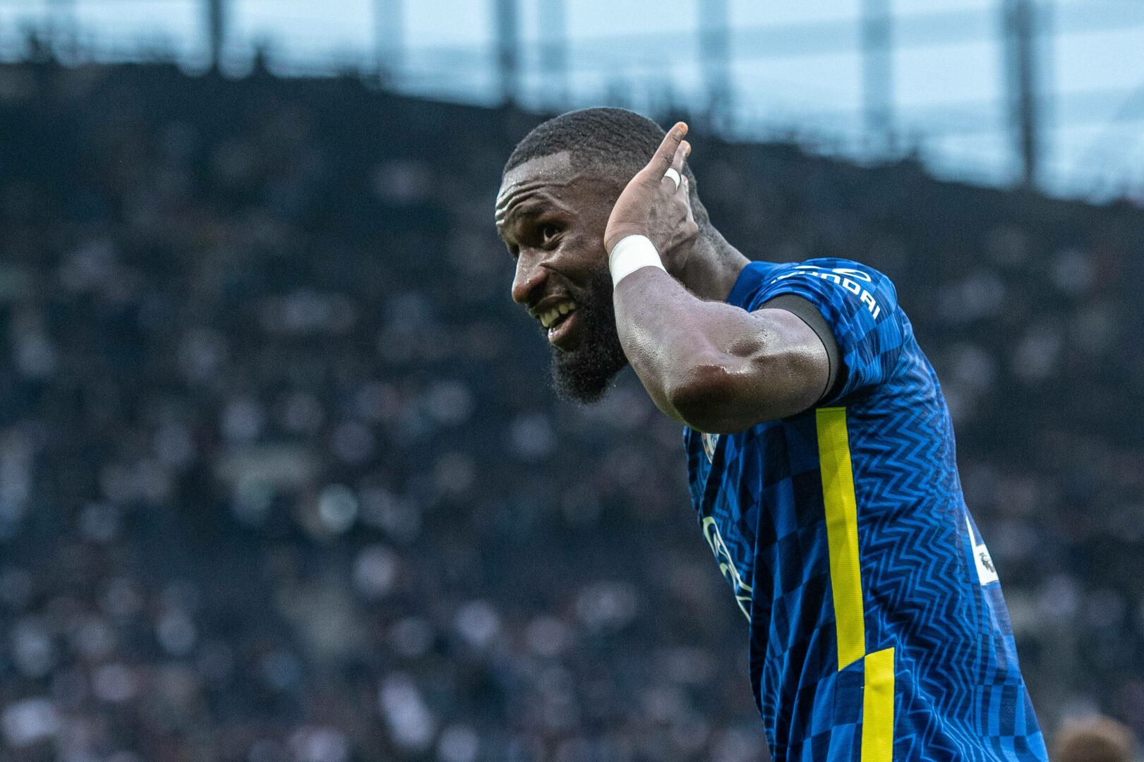 Antonio Ruediger (FC Chelsea) hält die Hand ans Ohr