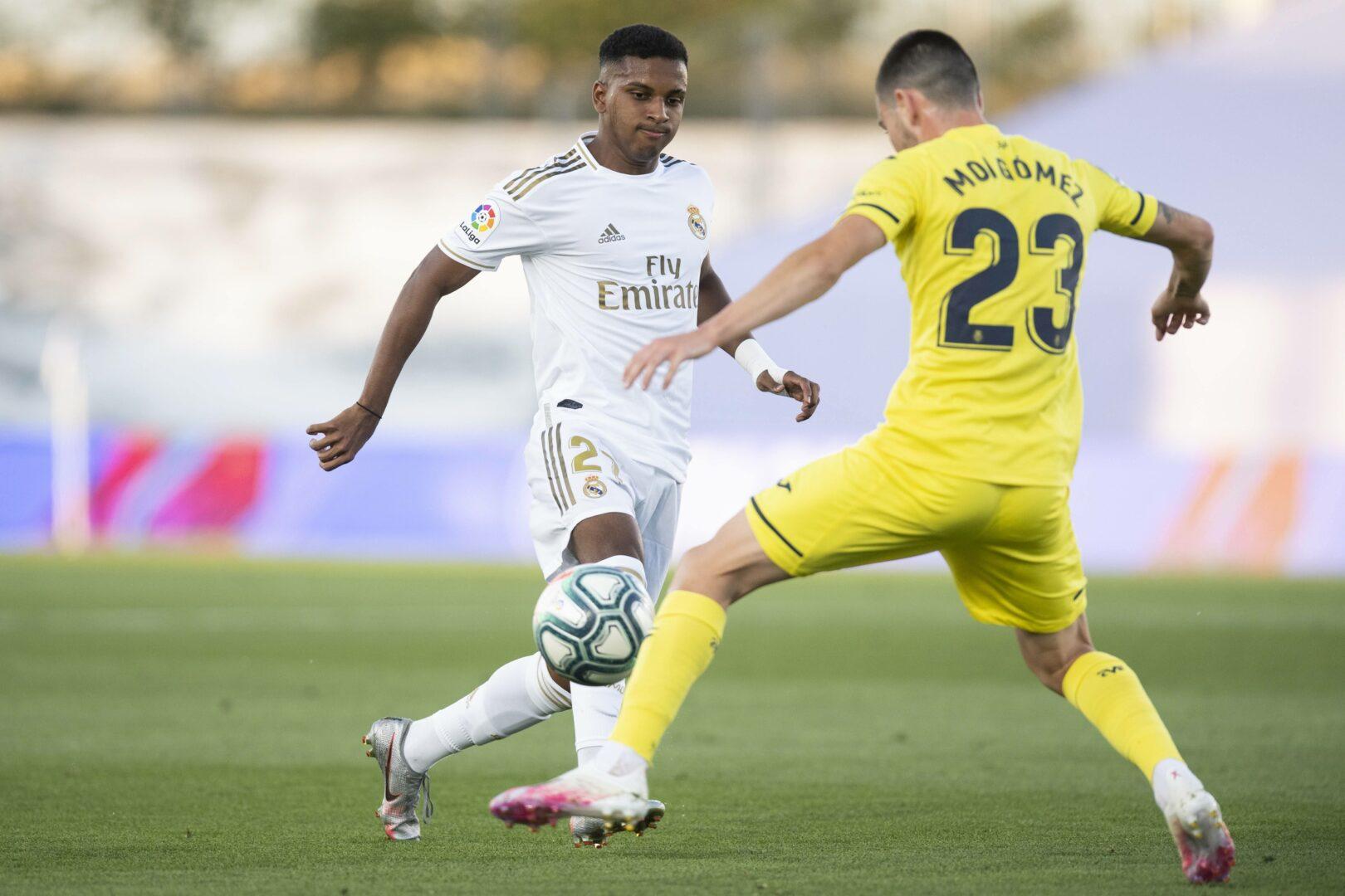 Rodrygo von Real Madrid im Zweikampf mit Moi Gomez vom FC Villarreal