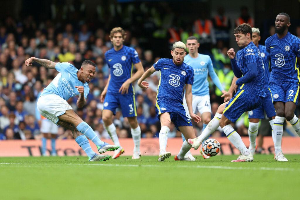 Gabriel Jesus schießt das erste Tor in der Partie zwischen Chelsea und Manchester City
