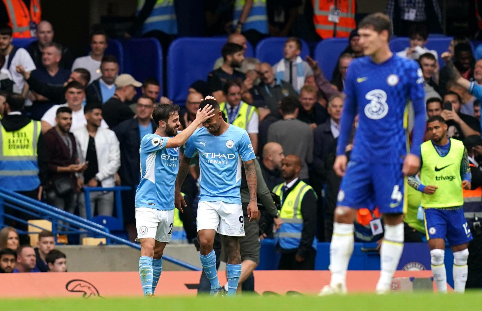 Gabriel Jesus und Bernardo Silva feiern den Treffer von Manchester City gegen Chelsea