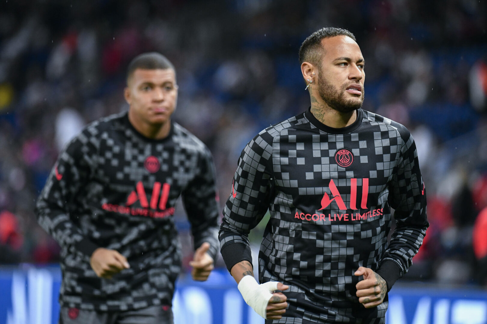 Neymar läuft vor Mbappé