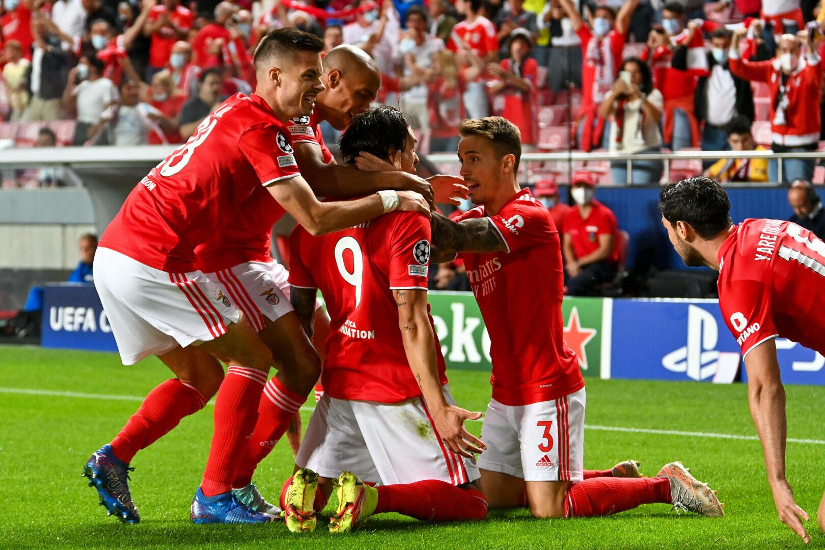 Die Spieler von Benfica bejubeln in der Champions League einen Treffer gegen den FC Barcelona