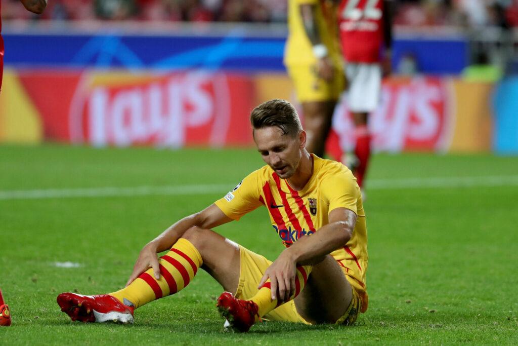 Luuk de Jong (Barca) sitzt enttäuscht am Boden