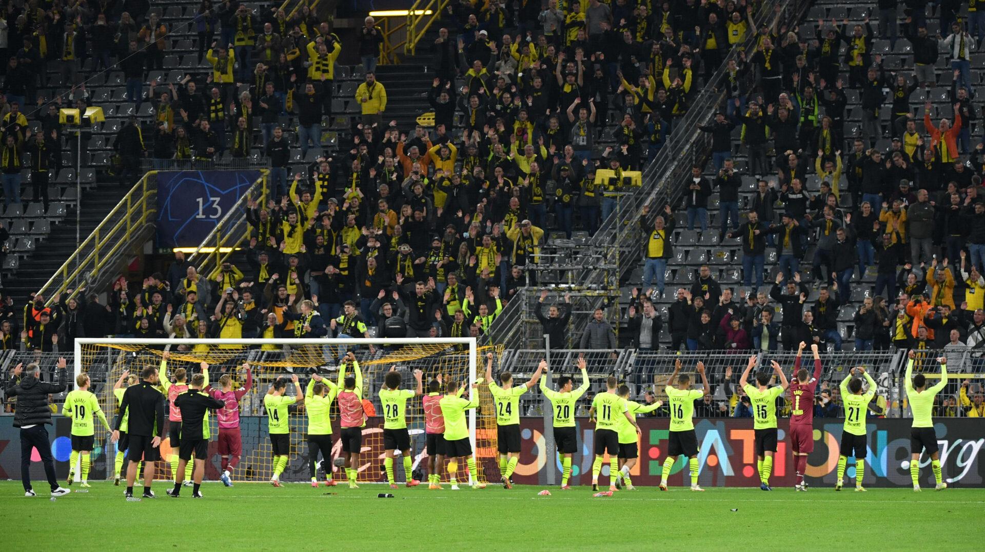 Spieler und Fans von Borussia Dortmund feiern gemeinsam den Sieg über Sporting.