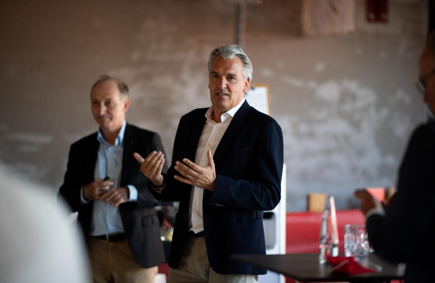 """Joerg Wacker bei einer Rede in der """"FC Bayern Welt"""""""