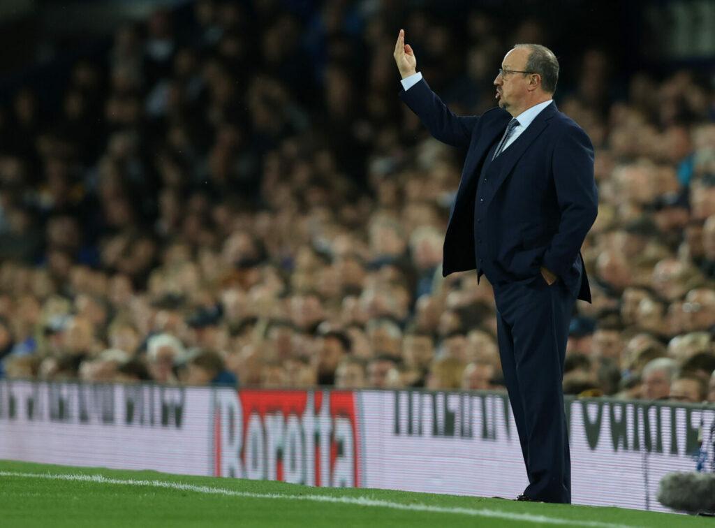 Rafa Benitez gibt seinen Spielern des FC Everton in der Partie gegen Burnley Anweisungen