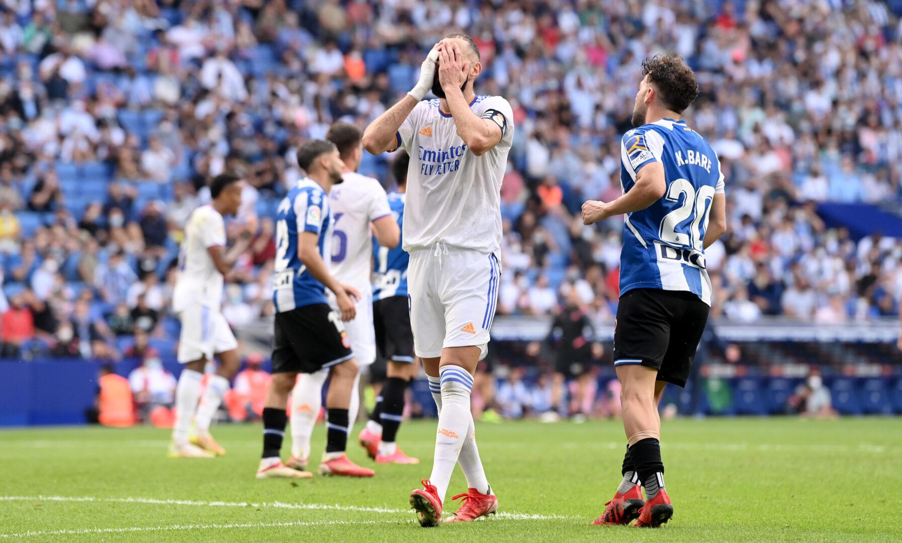 Benzema (Real Madrid) schlägt die Hände vor das Gesicht wegen Espanyol