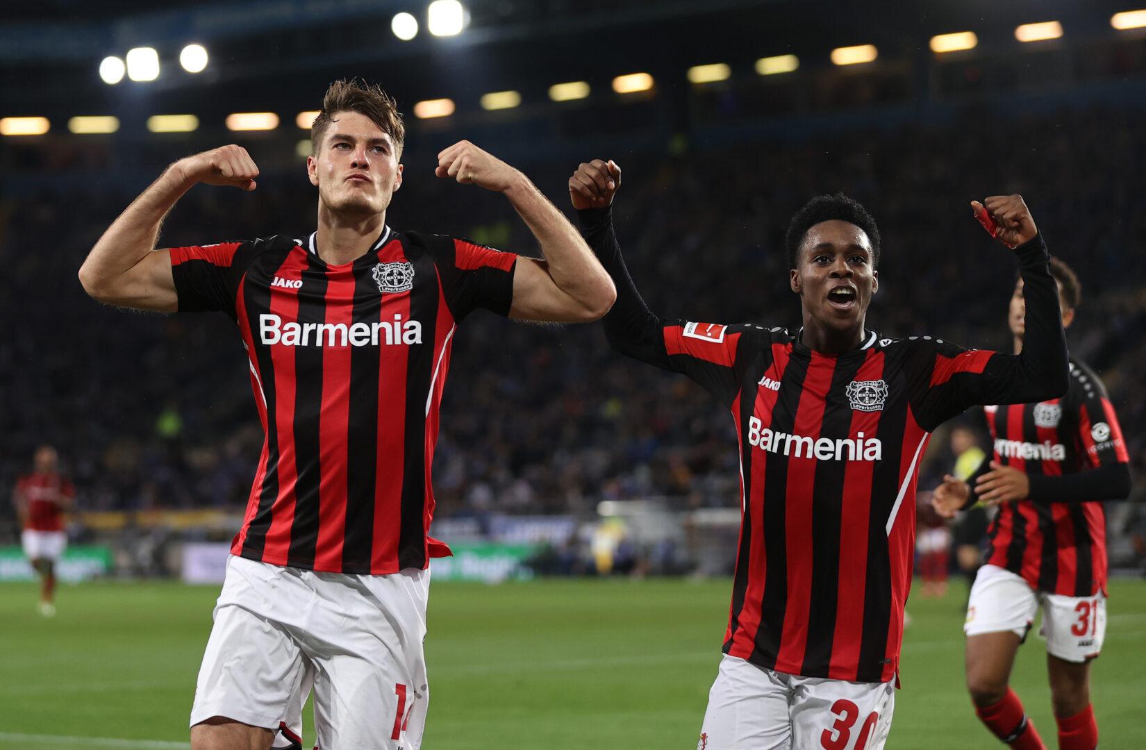 Patrik Schick und Jeremie Frimpong feiern das 3:0 für Leverkusen.