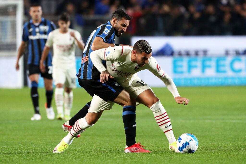 Theo Hernandez (AC Milan) und Davide Zappacosta (Atalanta) im Zweikampf.