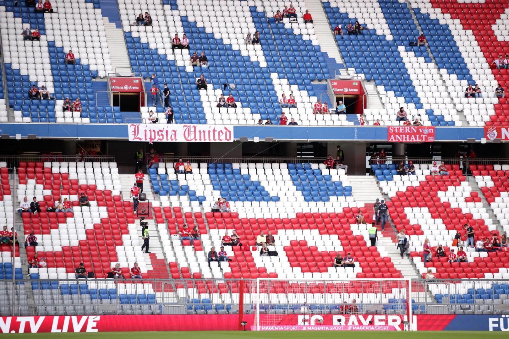 Eine fast leere Tribüne in der Allianz Arena des FC Bayern München