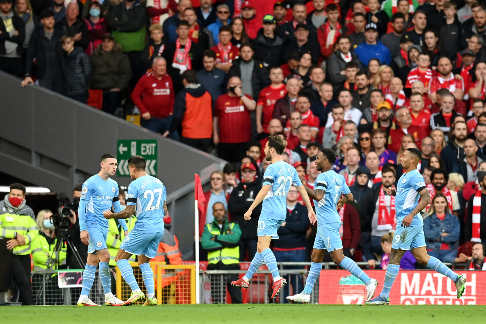 Die Spieler von Manchester City bejubeln den zwischenzeitlichen Ausgleich von Phil Foden im Spiel gegen den FC Liverpool