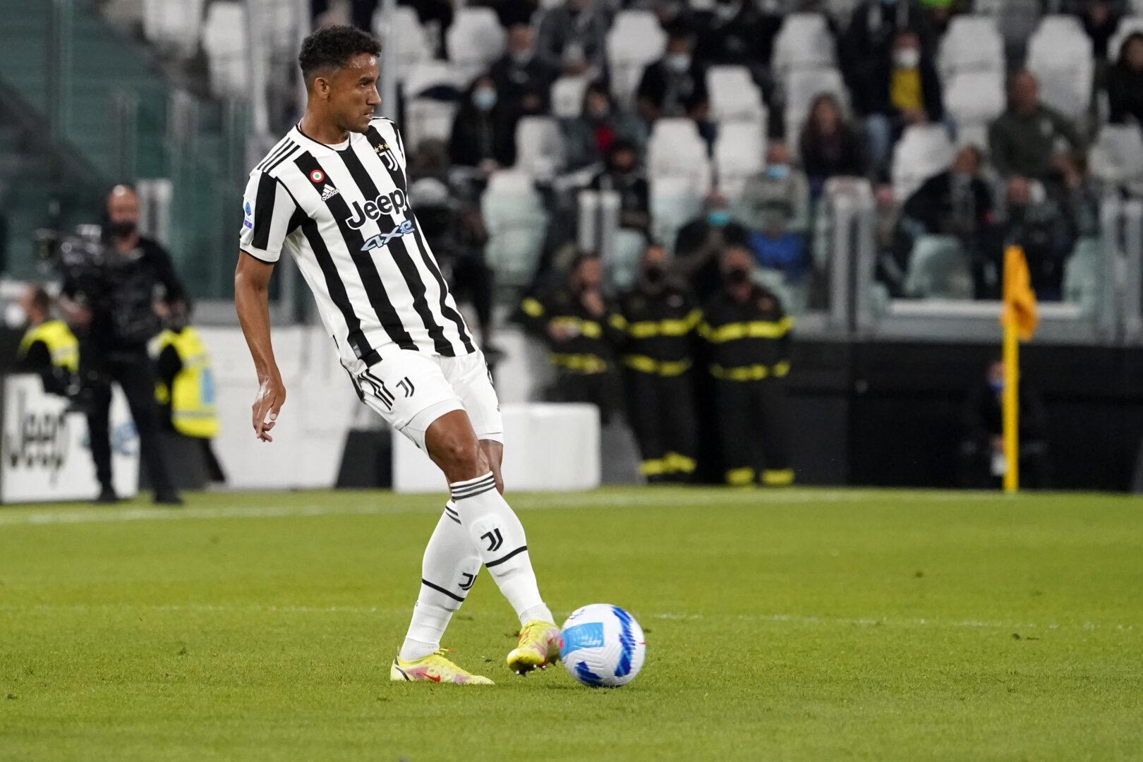 Danilo im Trikot von Juventus beim Passspiel