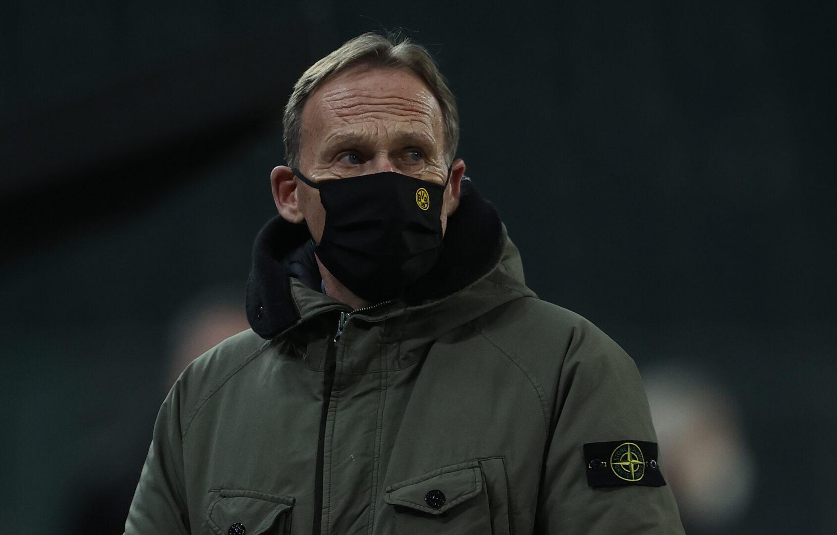 Watzke mit einer Maske mit BVB-Logo